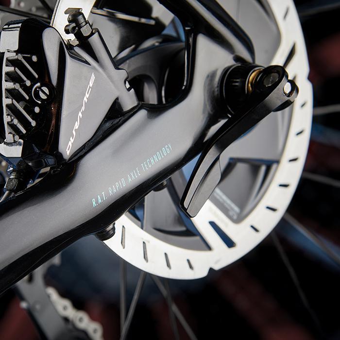 Das IZALCO MAX Aero-Rennrad im Detail: FOCUS R.A.T. Steckachse und Scheibenbremsen